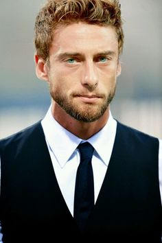 Claudio Marchisio is an Italian footballer who plays as a midfielder for Juventus and the Italian national team. Claudio Marchisio, Most Beautiful Man, Gorgeous Men, Sexy Beard, Italian Men, Beard Lover, Mens Fashion Suits, Attractive Men, Male Beauty
