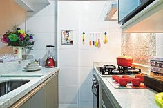 Revista Decorar mais por menos :: Pequena notável - Tamanho não é desculpa para deixar ambientes menores totalmente neutros. Cores pontuais valorizaram esta cozinha!