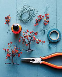 Arbolito hecho de metal y pintauñas Tree made of iron and nail polish