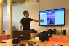 Explicando el uso de la ley del horizonte en composición durante el curso de fotografía para Airbnb Barcelona.