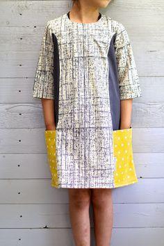 Toen ik de Ishi-dress van Straightgrain-patternsvoor het eerst zag,was ik meteen verliefd op het sobere lijnenspel.Het leek me het perfecte model voor mijn pleegtoertjes,die de zwierige jurkjes preci