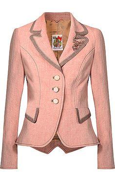 Taillierter Trachten-Blazer aus der Lollipop & Alpenrock Kollektion von Lola Paltinger Couture in Rosé. Die Jacke verfügt über dekorative Zierknöpfe, eine Hirsch-Brosche mit Ziersteinen am Revers und über Zierknöpfe mit Edelweiß-Motiv am Armabschluss. Aus Leinen gefertigt.