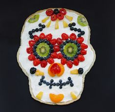 This Day of the Dead sugar skull inspired fruit pizza is the perfect healthy Halloween party treat. Made with fresh fruit and a low calorie cream cheese frosting this Dia de los Muertos inspired recipe is Halloween snack your kids are sure to love. Halloween Desserts, Halloween Fruit, Halloween Party Appetizers, Fun Halloween Treats, Halloween Ideas, Healthy Halloween, Creepy Halloween, Halloween Decorations, Halloween Dinner
