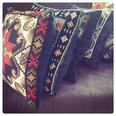 Traditional handcraft from 60s. Ready for our webshop today.  #MekitaNaku #epla #eplano #eplashop #eplabutikk #nettbutikk #bruktbutikk #vintage #vintagehome #vintageputer #handmade #håndlaget #fargerik #broderi #broderteputer #puter #etnisk #tradisjon #håndarbeid #60s #60talls