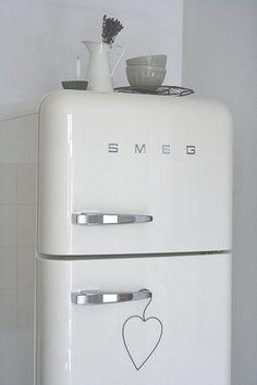 smeg decorating design home design room design Interior Design Kitchen, Kitchen Decor, Kitchen Designs, Smeg Fridge, Retro Fridge, Smeg Kitchen, Vintage Refrigerator, White Refrigerator, Loft Kitchen