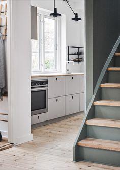 Reform's kitchen design BASIS linoleum in the color 'Pebble.' The countertop is linoleum. It's an IKEA hack. BASIS linoneum with fronts and handles in the color 'Pebble.' The countertop is linoleum. Scandinavian Style, Cottage Kitchen Cabinets, Ikea Hack Kitchen, Linoleum Flooring, Built In Wardrobe, Cuisines Design, Interior Exterior, Küchen Design, Wabi Sabi