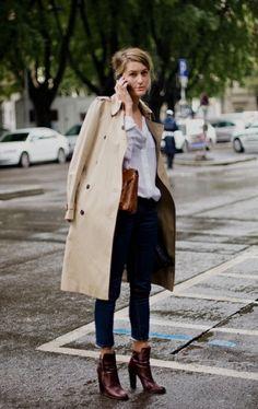 Dieser Trenchcoat wurde nur lässig übergeworfen. Tasche und Stiefeletten sind im gleichen Farbton, dadurch sieht der Look stimmig aus. Dazu 7/8 Hose und eine weiße Bluse.