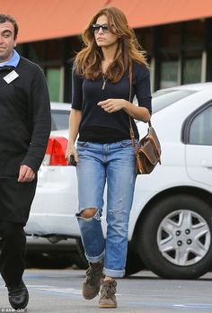 Eva Mendes: Grocery Shopping with a Gal Pal!: Photo Eva Mendes dons ripped jeans while picking up some groceries with a gal pal at Gelson's Market on Sunday (December in Los Feliz, Calif. Eva Mendes Hair, Divas, Dressy Pants, Caramel Hair, Gal Pal, Mom Outfits, Boyfriend Jeans, Smart Casual, Autumn Winter Fashion