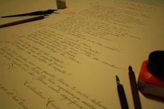 Un regalo di laurea per augurare che la strada sia lunga, in questa poesia in corsivo. La meta è il viaggio. Un regalo di laurea in corsivo. Info: https://www.bellascrittura.eu/itaca-poesia-in-corsivo/