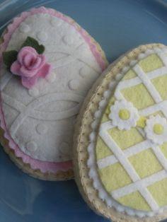 Felt Sugar Cookie Pink and Yellow Easter Eggs. Sugar Eggs For Easter, Easter Eggs, Easter Projects, Easter Crafts, Elegant Cookies, Felt Cake, Felt Quiet Books, Felt Food, Felt Applique