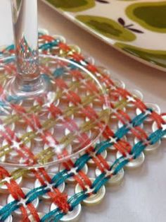 ThreadBanger ~ How to Make a Woven Button Coaster Crafty Craft, Crafty Projects, Easy Diy Projects, Crafting, Crafts To Make, Fun Crafts, Crafts For Kids, Arts And Crafts, Button Art