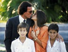 Julio Iglesias Photo: Julio with his children Enrique Iglesias, Don Johnson, Photo Grouping, English, Family Goals, Special People, Musical, Famous People, Hollywood