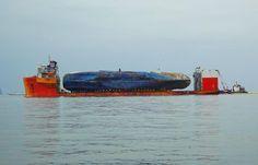 Los restos del ferry 'Sewol', hundido en 2014, son transportados tras ser rescatados del fondo del mar en Jindo, Corea del Sur (AFP, 2017)