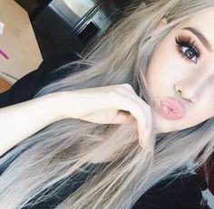 chica con cabello rubio platinado cenizo