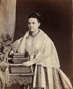 A Filipina of Spanish ancestry, in the century.descendant of the Spanish migrants to the Philippines during the colonial period. Philippines People, Philippines Fashion, Philippines Culture, Manila, Filipiniana Dress, Filipiniana Wedding, Spanish Woman, Spanish Style, Portraits