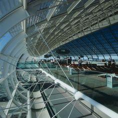 Interior de la terminal 2F del aeropuerto parisiense Roissy Charles de Gaulle, proyectada por el arquitecto francés Paul Andreu, autor de varios aeropuertos en el mundo y de edificios emblemáticos como el Arco de la Defense, también en la capital francesa.
