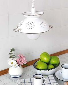 You can use old kitchen stuff for decoration purpose. The 30 best decoration ideas and repurpose ways with old kitchen stuff in this amazing gallery. Colander Light, Corner Deco, Diy Luz, Luminaria Diy, Diy Pendant Light, Diy Light, Pendant Lights, Jar Chandelier, Pendant Lamps
