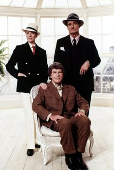 Julie Andrews, James Garner, Robert Preston (sitting), 1982 | Gay Themed Films To Watch, Victor/Victoria http://gay-themed-films.com/films-to-watch-victorvictoria/
