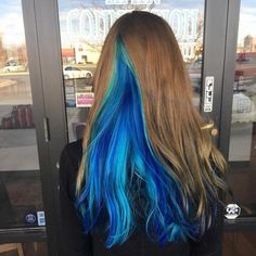 The Geode hair coloring is beautiful hair trends. There are so many hair trends and the hair color ideas. More color means more beauty. Peekaboo Hair Colors, Hair Color Blue, Blue Hair Streaks, Hidden Hair Color, Underlights Hair, Natural Hair Styles, Long Hair Styles, Natural Beauty, Hair Shades
