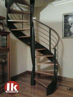 escalera de caracol con estructura metlica y peldaos de madera lacada enu