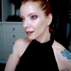 Julia Petit ensina como usar sombra avermelhada sem esquisitice e combina com muito iluminador e coque bailarina simples…