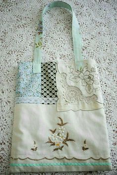 Sewing Bags Retro Vintage Cotton and Lace Rose Tote Shabby Chic. Pretty as a picture, this tote is made from vintage linens and cottons, calico, retro sheeting and new lace. French Market styling in soft colours to decorate your arm. Rosa Shabby Chic, Shabby Vintage, Vintage Bags, Vintage Cotton, Vintage Sewing, Cotton Lace, Vintage Linen, Diy Sac, Vintage Embroidery