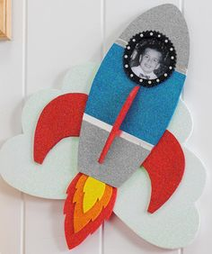 Plaid® Sparkle Rocket Photo Frame Send your little astronaut to reach the stars with this fun sparkle rocket frame. Kids Crafts, Outer Space Crafts For Kids, Summer Crafts, Felt Crafts, Projects For Kids, Art For Kids, Arts And Crafts, Paper Crafts, Space Party