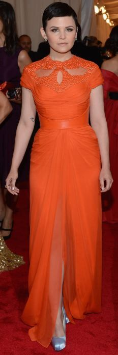 Ginnifer Goodwin looks super cute in orange and I love the periwinkle shoe, but honey, what is going on up top? That high neckline and awkward sleeve length make you look so boxy and short necked! Prince Charming would not approve. Take note ladies, stay away from high necklines like this, they don't flatter square shoulders or your bust.