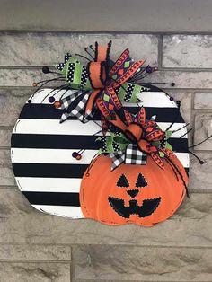 Fall Wood Crafts, Halloween Wood Crafts, Halloween Signs, Fall Halloween, Holiday Crafts, Halloween Decorations, Wooden Pumpkin Crafts, Halloween Door Hangers, Fall Door Hangers