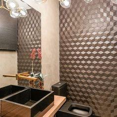 Quando o espelho multiplica o efeito do revestimento 3D! A parede incrível do lavabo do @ef_designinteriores foi feita com Carbone Deluxe.✨  .  #porcelanato #carbonedeluxe #revestimento #3d #revestimentohexagonal #revestimentosespeciais #tile #lavabo #banheiro #bathroom #decortiles