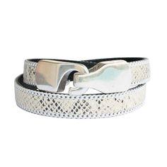 Le bracelet parfait pour vos soirées d'été ! Ce magnifique bracelet en cuir pour femme est à la fois très élégant et féminin et, son cuir façon reptile, apporte à ce modèle une touche d'exotisme. Bracelet cuir