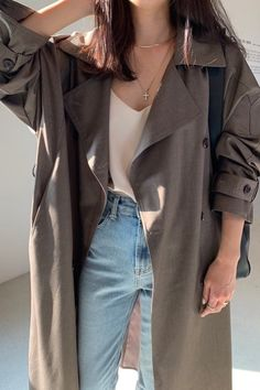 Simple everyday jeans outfit for spring. Blue jeans, silk cami top and oversized trench coat Edgy Outfits, Korean Outfits, Cute Casual Outfits, Denim Outfits, Pretty Outfits, Fashion Outfits, Ulzzang Fashion, Korean Girl Fashion, Look Fashion