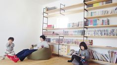 広い壁一面のおうち図書館。