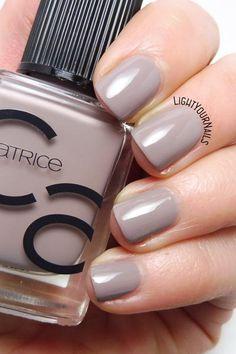 Smalto tortora Catrice ICONails 27 Lana del Grey taupe nail polish swatch #catrice #ICONails #lightyournails #unghie #nails #catrice