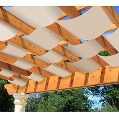 Toit terrasse avec bandes de tissu pour para soleil.
