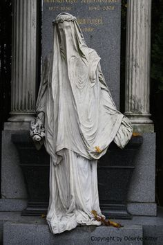 "El cementerio central - The ""White Lady"" at Zentralfriedhof, Vienna Cemetery Angels, Cemetery Statues, Cemetery Art, Memento Mori, Steinmetz, Belle Photo, Vienna, Painting Inspiration, Art History"