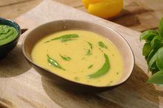Paprika is een dankbare groente om een lekker soepje van te maken. Jeroen roostert de paprika's en werkt ze af met een frisse basilicumolie. Een tip: maak altijd genoeg soep klaar en vries ze in. Handig voor als je bezoek krijgt of als de kinderen met grote honger thuiskomen van school.