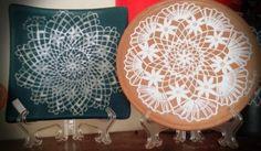 Pratos de ceramica com renda de bilro pintada a mão.