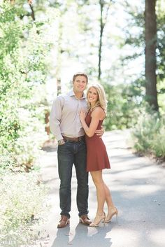 stunning and romantic engagement photos ideas and couple poses to get inspired for your photoshoot! // stunning and romantic engagement photos ideas and couple poses to get inspired for your photoshoot! Photo Poses For Couples, Couple Picture Poses, Engagement Photo Outfits, Photo Couple, Engagement Photo Inspiration, Engagement Couple, Engagement Session, Engagement Ideas, Country Engagement