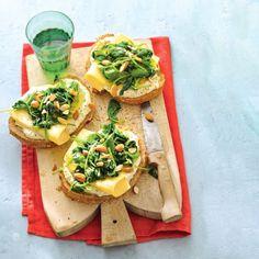 Boterham met hummus, spinazie en kaas, gebruik glutenvrije producten.