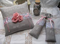 lot de deux sacs de lavande brodés main sur lin gris perle et dentelle de Calais