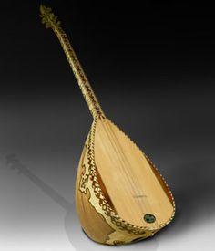 """SAZ  El """"saz"""" o """"baglamá"""" es uno de los instrumentos musicales más populares en Turquía, y su nombre significa literalmente """"instrumento"""" en su acepción más general. El termino """"baglamá"""", que significa """"anudar"""" se debe a la presencia de trastes anudados móviles, que adaptan la configuración del diapasón a los diferentes modos de la música turca.   Existen numerosos tamaños dentro de esta familia de cordófonos. El más pequeño de estos instrumentos es el """"cura"""", seguido por el """"cura"""" de cuello…"""