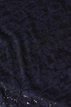 Zählt zu unseren eleganten Bestsellern: figurbetonendes Etui-Kleid aus floraler Spitze, mit semi-transparenter Schulter-Partie, angedeuteten Ärmeln und tollem Stretchkomfort! Komplette Outfits, La Mode, Elegant Dresses, Night Out Outfit, Bridesmaid Dresses, Dress Wedding, Shoulder, Figurine