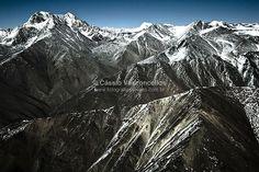 Foto de vista aérea: Montanhas com Neve nos Andes, Mendoza, Argentina 6. Em https://www.fotografiasaereas.com.br/banco-de-imagens/natureza/montanhas-com-neve-nos-andes-mendoza-argentina-6/