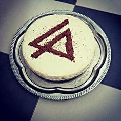 Birthday cheesecake with, chocolate jimmys LP logo. Birthday Cheesecake, Cake Logo, Linkin Park, Ecuador, Birthday Cakes, Lp, Chocolate, Cats, Desserts