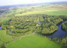 Fort Vechten werd in 1867-1869 gebouwd als onderdeel van de Nieuwe Hollandse Waterlinie. Het was een van de vooruitgeschoven forten rondom Utrecht. Het fort moest de Houtense Vlakte en de spoorlijn tussen Utrecht en Arnhem verdedigen. Na Fort Rijnauwen is Fort Vechten het grootste fort van de Nieuwe Hollandse Waterlinie. Binnen de gracht beslaat het gebied ca. 17 hectare. Het fort is gebouwd in een mengeling tussen het bastionsysteem en het polygonale systeem.