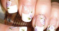 Bonita y elegante manicura con flores y mariposas.