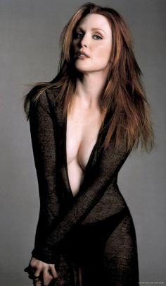 Julianne Moore squeezing out some cleavage