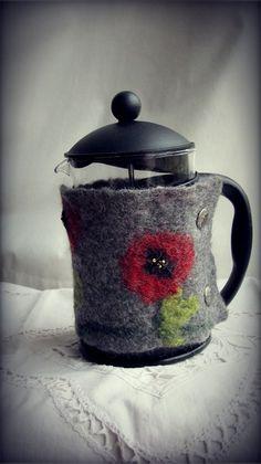 Handgefilzter Kaffeewärmer Mohnblumen von Tristan and Iseult auf DaWanda.com
