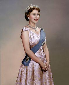anythingandeverythingroyals:  Queen Elizabeth